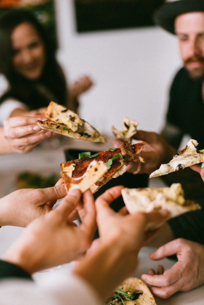 moment de partage autour d'une pizza