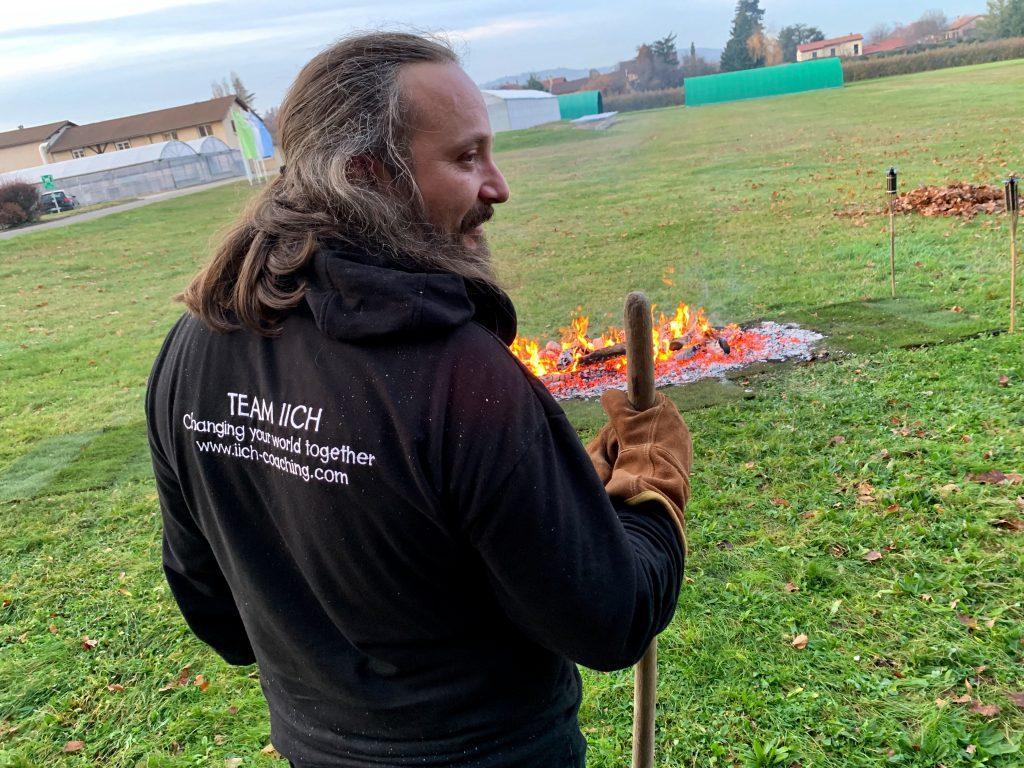 Yann portant le sweet IICH devant le feu du Firewalk